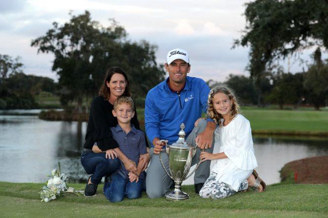 Charles Howell III posa con su familia y el trofeo recién conquistado del The RSM Classic. © PGA Tour