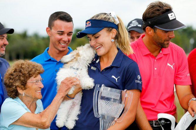 Lexi Thompson posa con el trofeo de campeona en la final del LPGA Tour. © LPGA