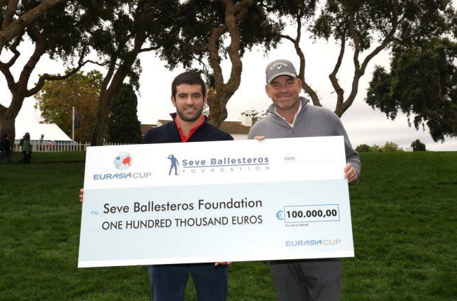 Thomas Bjorn entregó el cheque a Miguel Ballesteros en Valderrama.