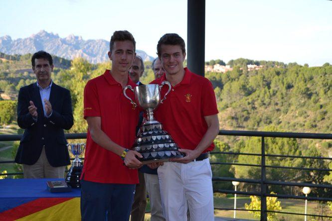 Eduard Rousaud recibe la Copa del vigente campeón David Puig. © Adolfo Juan Luna