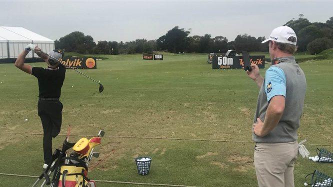 Snedeker, grabando a Postigo © Golf Australia