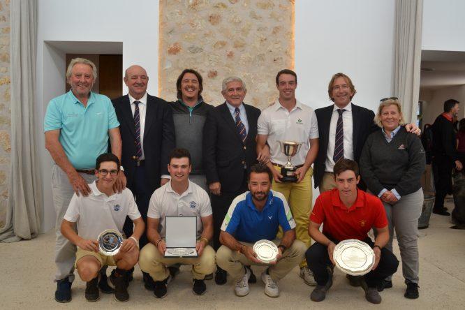 Víctor Pastor posa con la copa junto con el resto de jugadores premiados y las autoridades en Pula Golf. © Adolfo Juan Luna