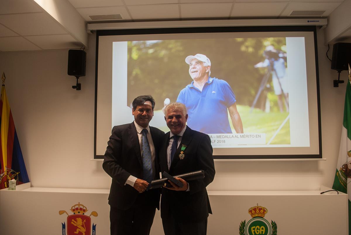 Juan Quirós tras recibir la Medalla al Mérito en Golf de la Real Federación Andaluza de Golf.