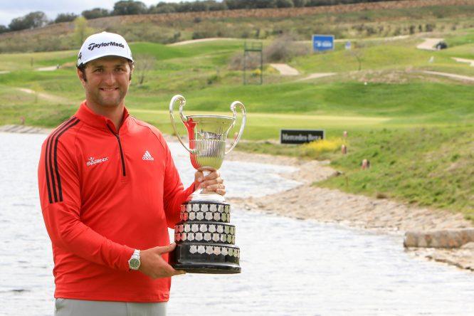 Jon Rahm con el trofeo de ganador del Open de España 2018. © Golffile | Thos Caffrey