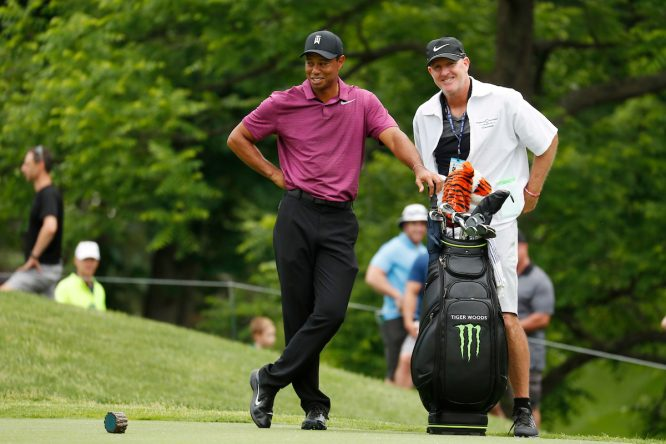 Tiger Woods, con su caddie, Joe LaCava © Golffile | Brian Spurlock