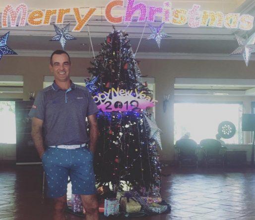 Carlos Balmaseda posa delante de un árbol de Navidad en Hua Hin. © Instagram