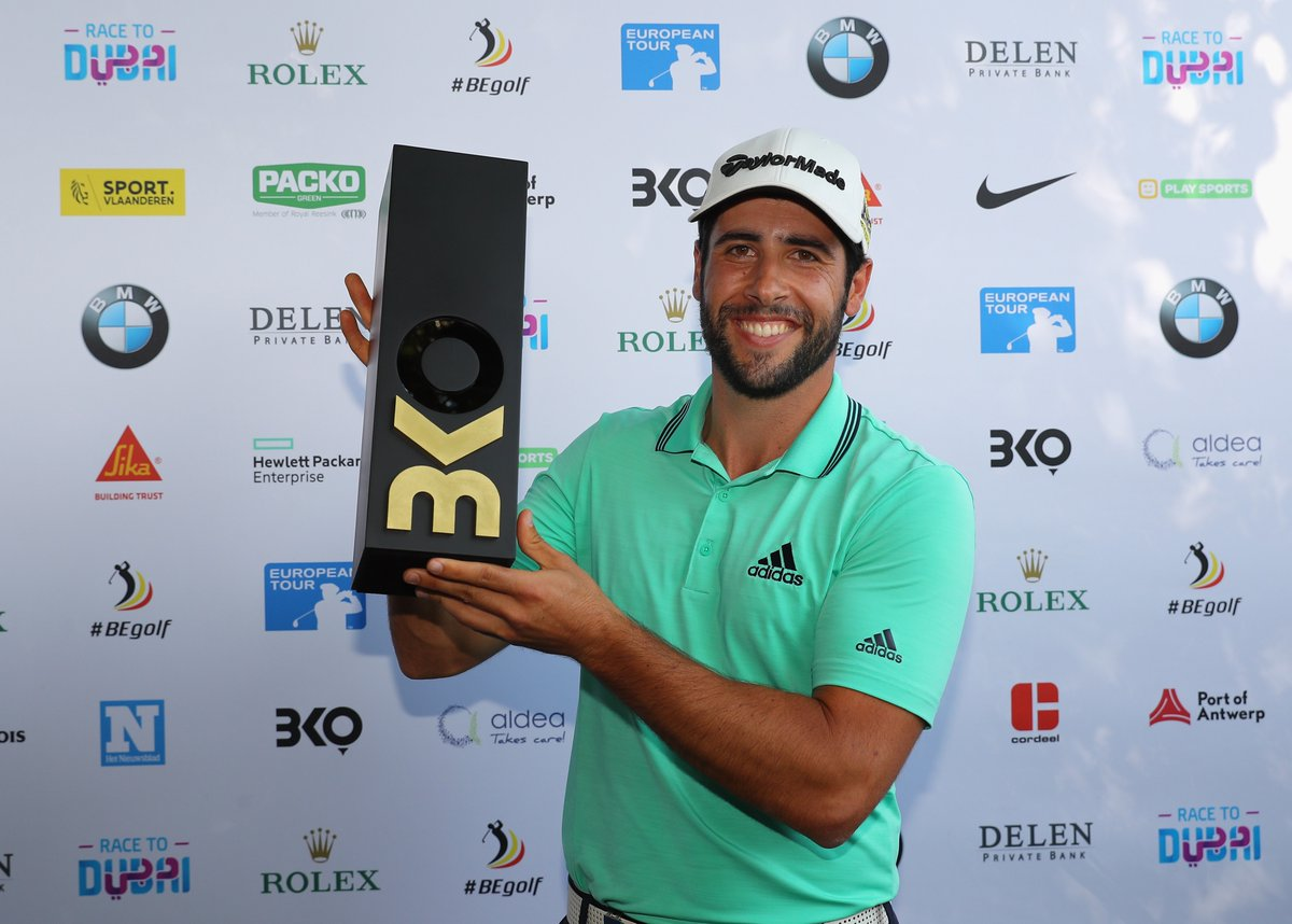 Adrián Otaegui posa con su trofeo de ganador del Belgian Knockout. © European Tour