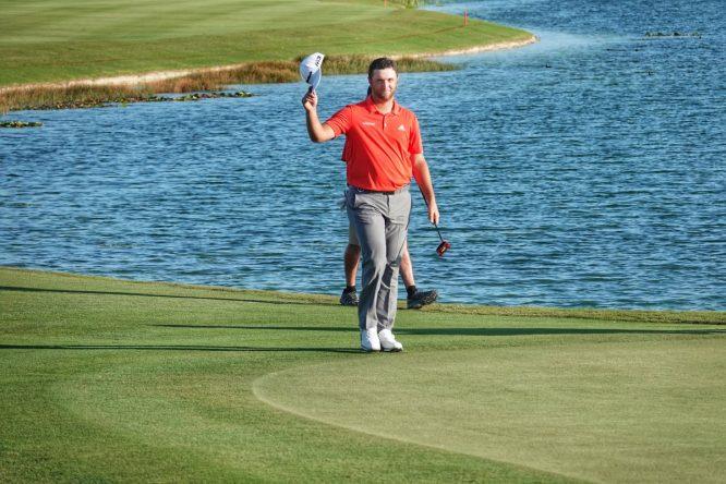 Jon Rahm saluda al público a su llegada al green del hoyo 18. © PGA Tour