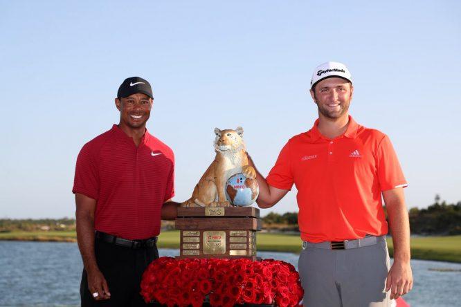 Jon Rahm posa junto a Tiger Woods y el trofeo de campeón del Hero World Challenge © PGA Tour