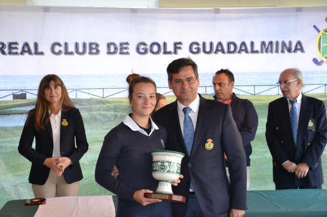 Carla Tejedo recibe el trofeo de campeona de manos de Pablo Mansilla en Guadalmina. © RFEGOLF