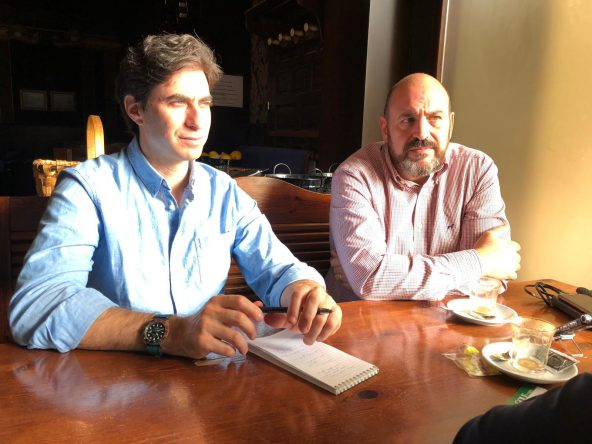 Alan Shipnuck, izquierda, y Óscar Díaz, durante la entrevista con el alcalde de Puente de San Miguel. © Ana Nance
