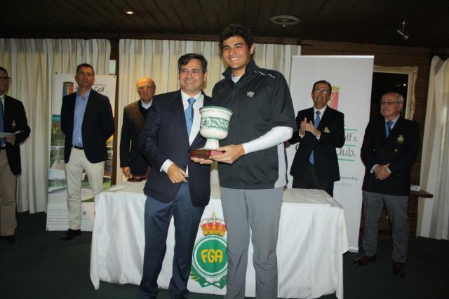 Eugenio López-Chacarra recoge el trofeo de manos de Pablo Mansilla, presidente de la Real Federación Andaluza de Golf. © RFEGOLF