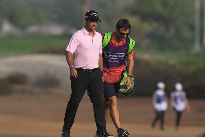 Raúl Quirós, con la bolsa de Pablo Larrazábal, durante la dolorosa jornada del viernes. © Golffile | Thos Caffrey