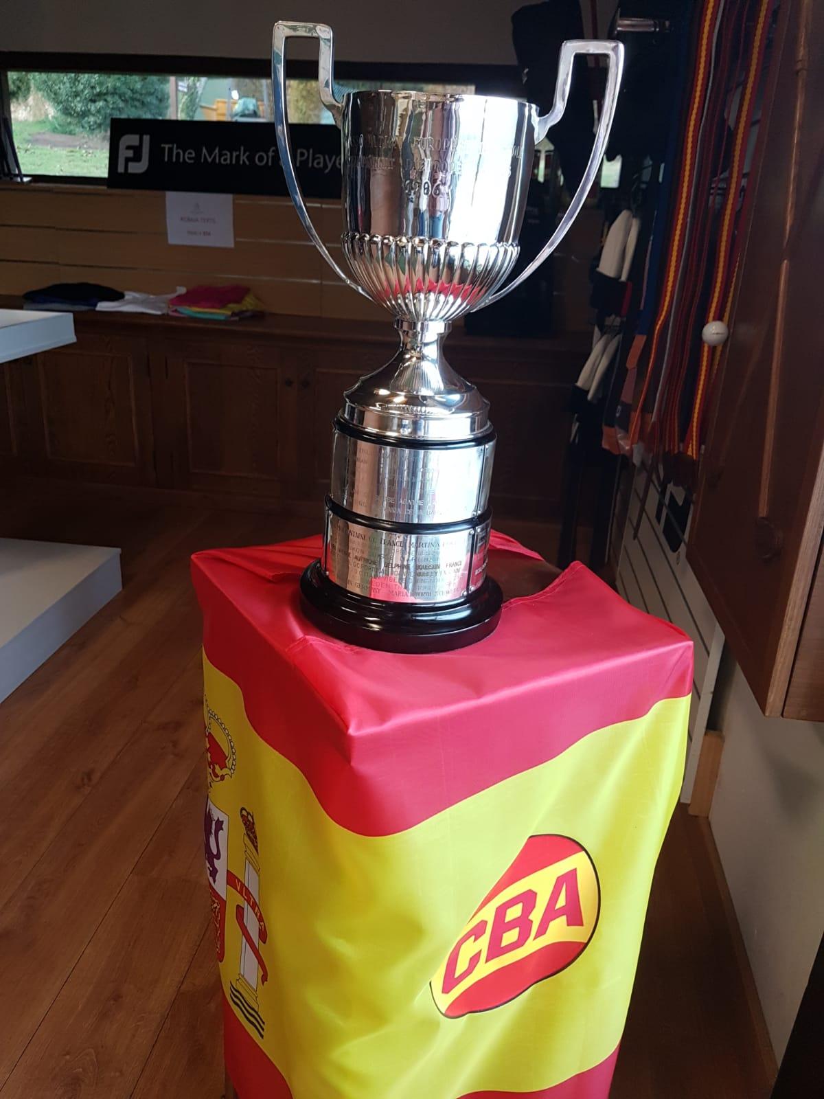 La copa de campeona de Europa de Celia expuesta en la casa club de Santa Marina. © Óscar Díaz