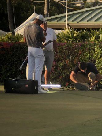 Bryson DeChambeau, el viernes por la noche trabajando en el Waialae Country Club de Hawái. © Rex Hoggard