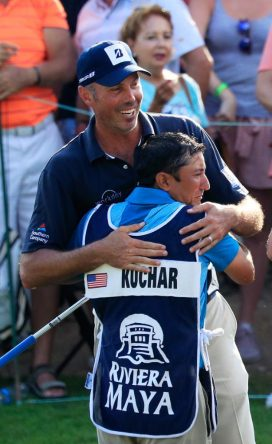Matt Kuchar se abraza a David Giral Ortiz tras ganar el Mayakoba Golf Classic. © PGA Tour