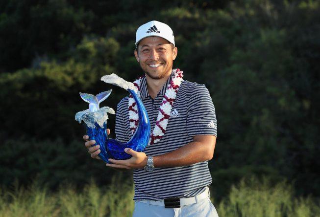 Xander Schauffele posa con el trofeo de campeón del Sentry TOC de Hawái. © PGA Tour