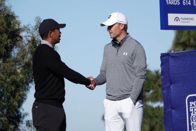 Tiger Woods y Jordan Spieth, saludándose en el Farmers © Farmers Insurance Open