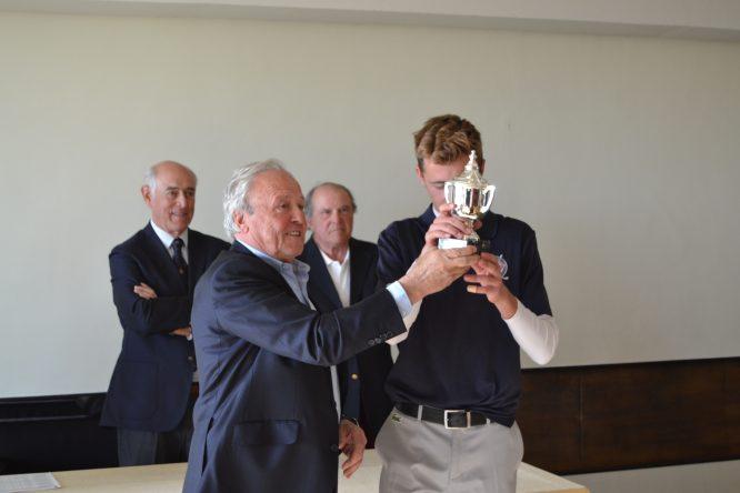David Puig besa el trofeo de campeón en El Prat. © Adolfo Juan Luna