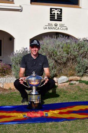 Billy Mckenzie posa con el trofeo conquistado el año pasado en La Manga.