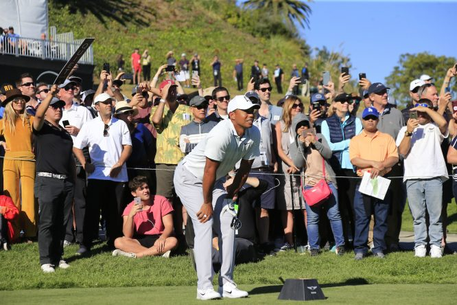 Tiger Woods, el año pasado tras pegar su golpe de salida en el tee del hoyo 10 de Riviera. © Golffile   Eoin Clarke
