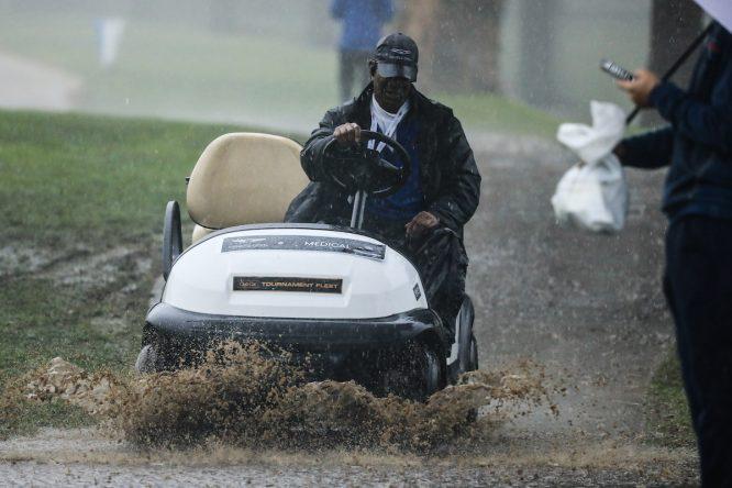 La fuerte lluvia causó estragos en la primera jornada del Genesis Open. © Golffile | Phil Inglis