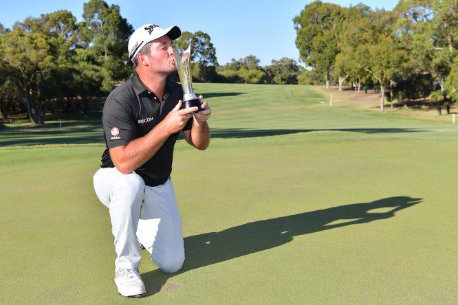 Ryan Fox posa con el trofeo de campeón en el World Super 6. © Golffile | Naratip Srisupab