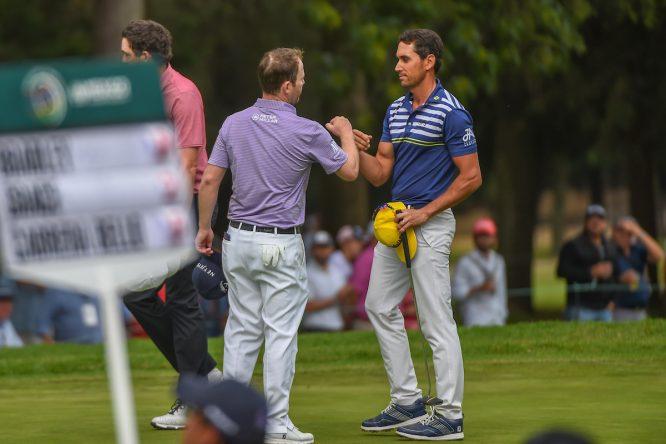 Rafa Cabrera Bello estrecha la mano de Branden Grace tras la cuarta ronda en México. © Golffile | Ken Murray
