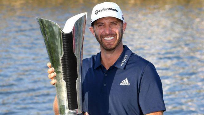 Dustin Johnson posa con el trofeo de campeón en Arabia Saudí.