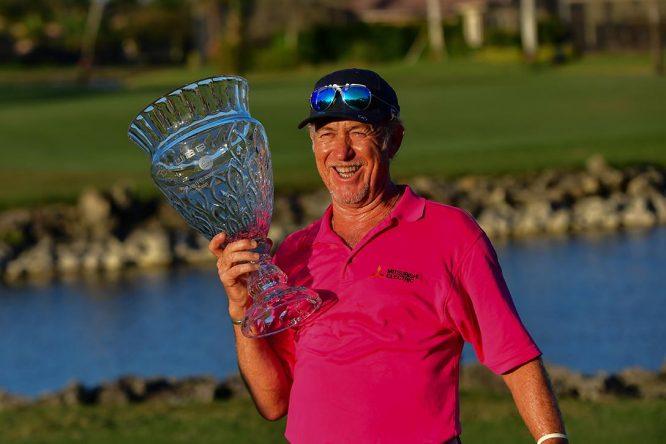 Miguel Ángel Jiménez posa con el trofeo de campeón. © Chubb Classic