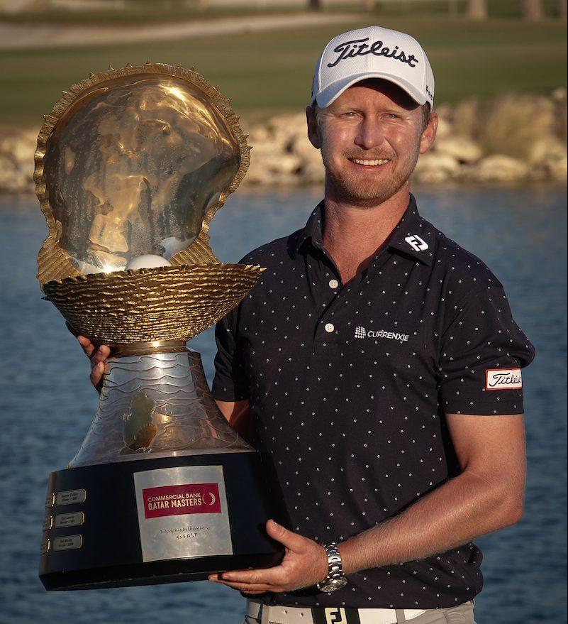 Justin Harding posa con el trofeo de ganador del Qatar Masters. © Golffile | Phil Inglis
