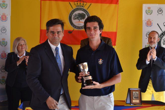 Pablo Ereño posa junto al presidente de la Real Federación Andaluza, Pablo Mansilla, tras conquistar el torneo. © Adolfo Juan Luna