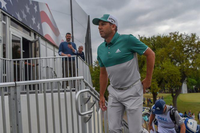 Sergio García sale hacia el tee del hoyo 7 durante su partido contra Branden Grace. © Golffile | Ken Murray