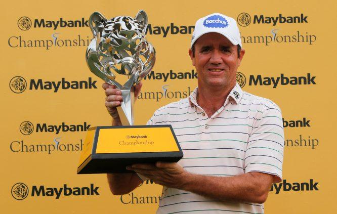 Scott Hend posa con el trofeo de ganador del Maybank Championship. © Golffile | Ahmad Yusni