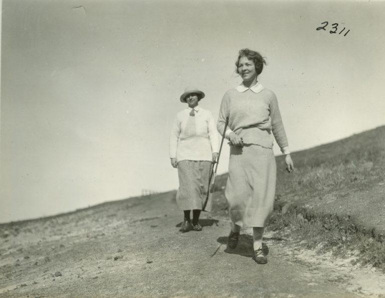 Marion Hollins (izquierda) en Pebble Beach en 1924.