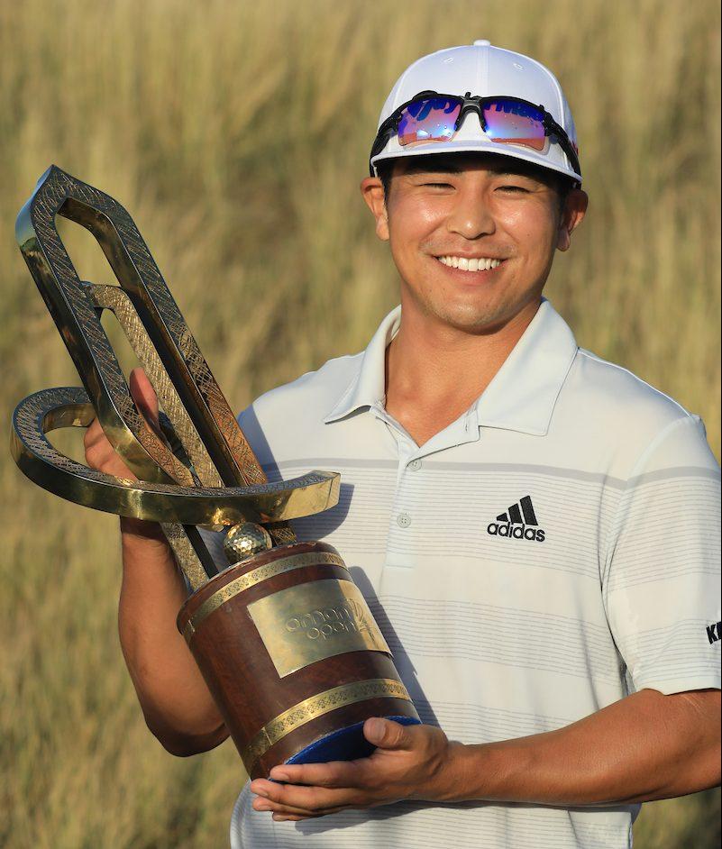 Kurt Kitayama posa con el trofeo de ganador del Oman Open. © Golffile | Phil Inglis