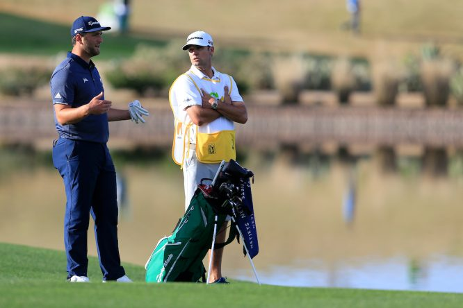 Jon Rahm y su caddie Adam Hayes. © Golffile | Fran Caffrey