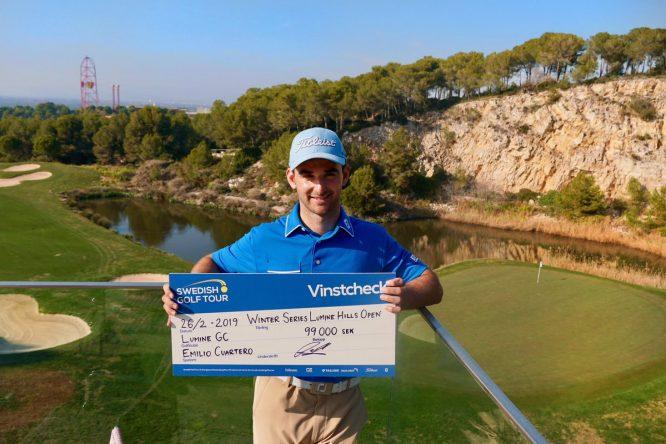 Emilio Cuartero posa con el cheque de campeón del Lumine Hills Open. © Lumine Golf