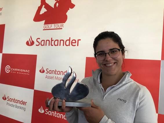 Natalia Escuriola posa con el trofeo de campeona.