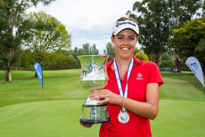 Meghan MacLaren posa con el trofeo de campeona del NSW Open. © Tristan Jones