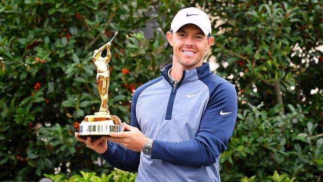 Rory McIlroy posa con el trofeo de campeón en el THE PLAYERS.