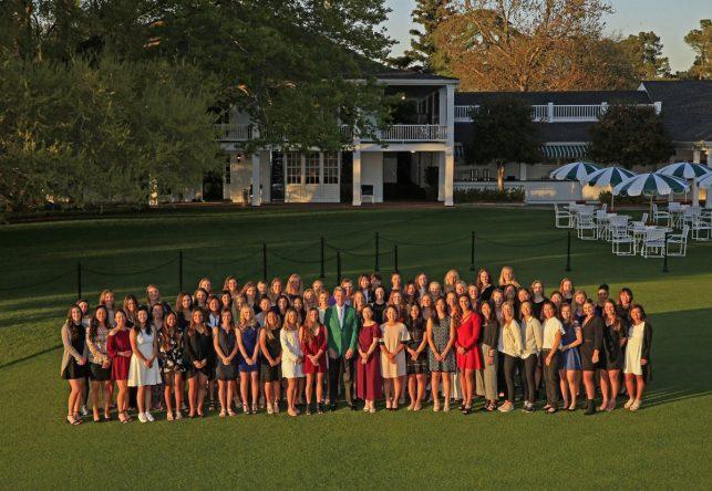 Las participantes en el Augusta National Women's Amateur posan delante de la casa club de Augusta, a la derecha de la calle del 1. © ANWA