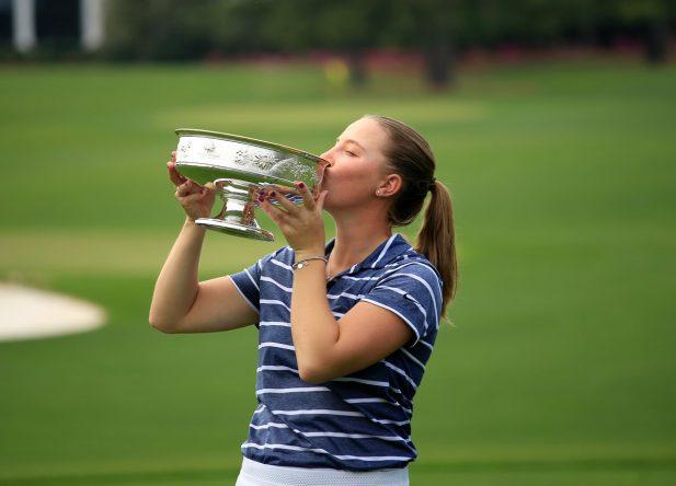 Jennifer Kupcho besa el trofeo de Augusta. © ANWA