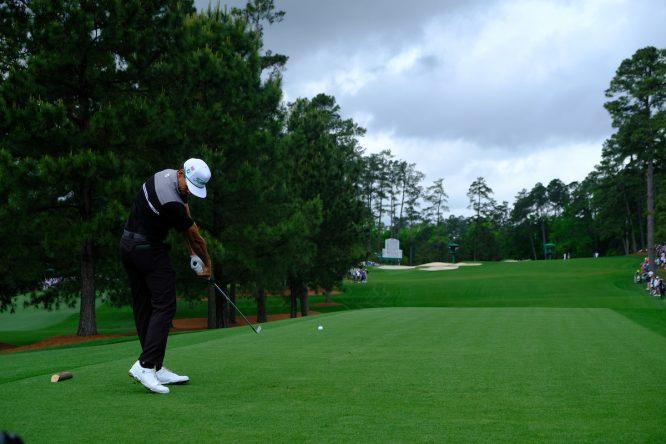Rafa Cabrera Bello pega el golpe de salida en el hoyo 3 del Augusta National este viernes. © Golffile | Fran Caffrey