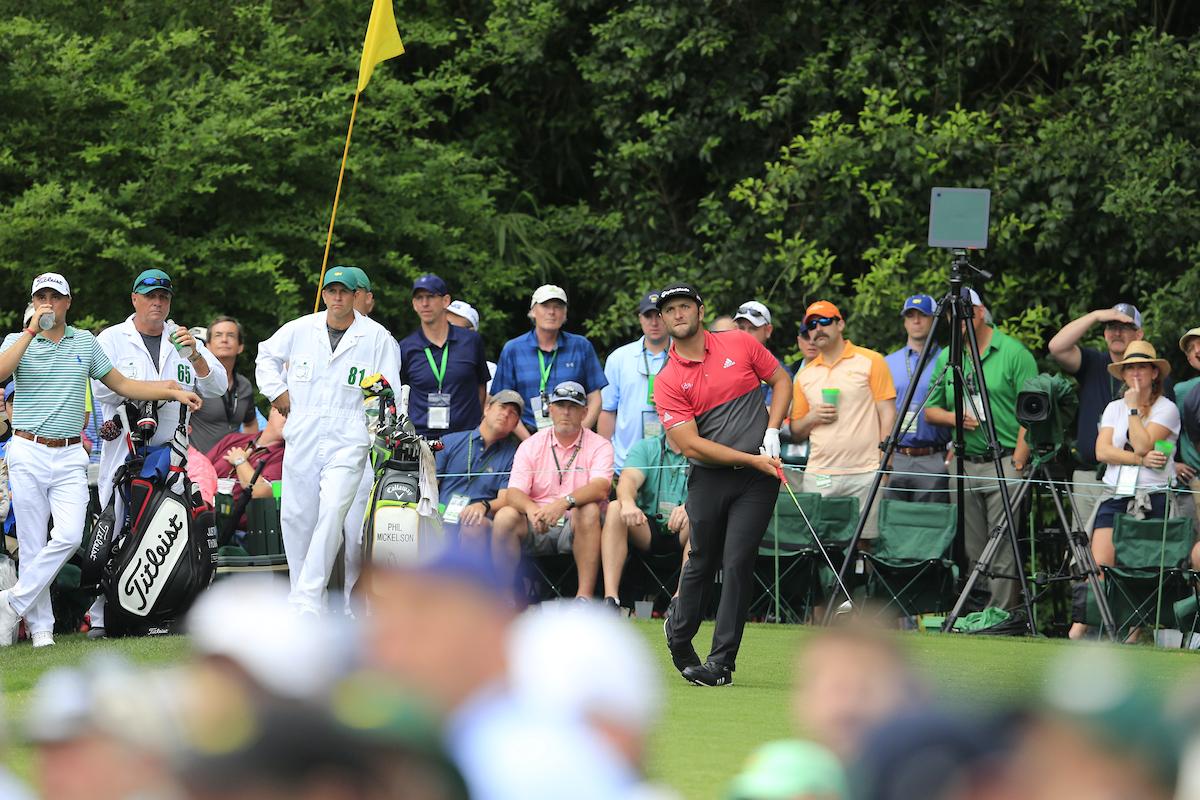 John Rahm en la salida del 14 durante la ronda final en Augusta. © Golffile | Fran Caffrey