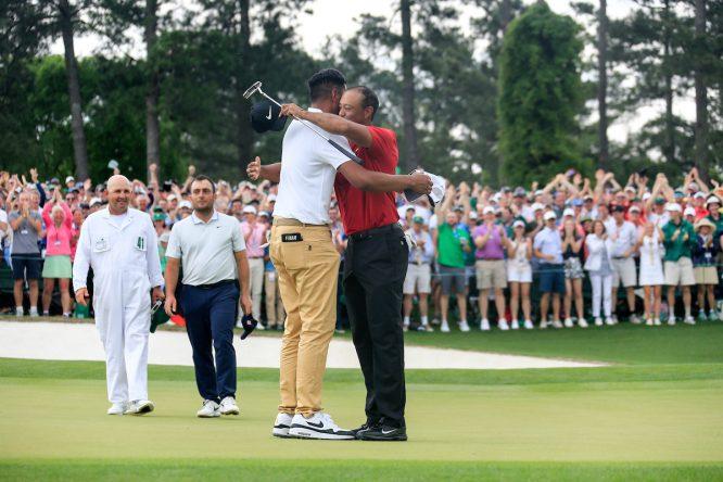 Tiger Woods, felicitado por Finau © Golffile | Fran Caffrey