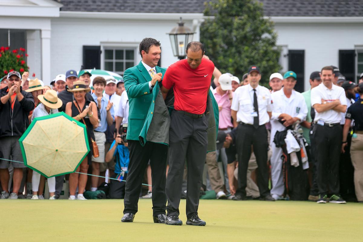 Momento en el que Patrick Reed coloca a Tiger Woods la Chaqueta Verde de ganador del Masters de Augusta 2019. © Golffile | Fran Caffrey
