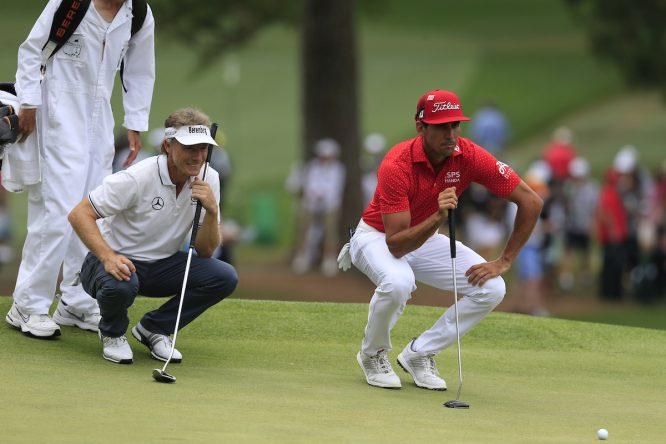 Bernhard Langer y Rafa Cabrera Bello, durante la tercera ronda del Masters. © Golffile | Fran Caffrey