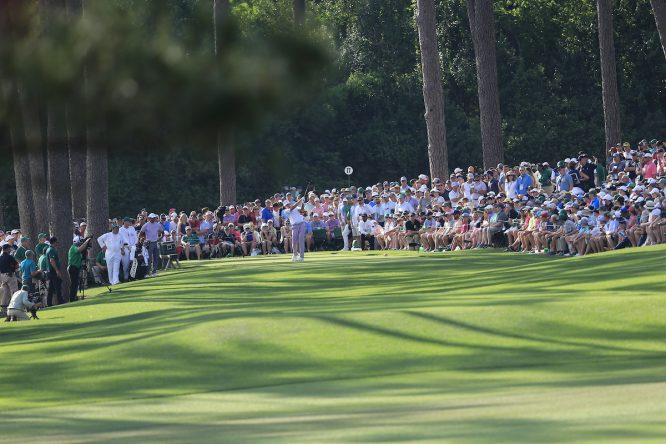 Ian Poulter y Tiger Woods, en el tee del hoyo 17. © Golffile | Fran Caffrey