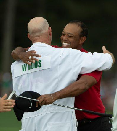 Tiger Woods celebra con su caddie la victoria en el Masters de Augusta 2019. © Golffile | Fran Caffrey